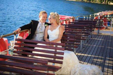 Photo pour Couple marié souriant sur le navire - image libre de droit