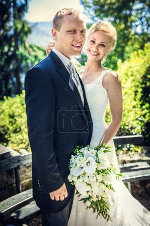 Photo pour Jeune beau couple nouvellement marié dans le parc - image libre de droit