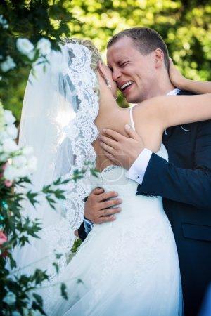 Photo pour Couple marié câlin dans le parc - image libre de droit