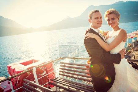 Photo pour Jeune couple marié sur le navire - image libre de droit