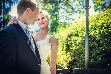 Photo pour Couple amoureux lune de miel dans le parc - image libre de droit