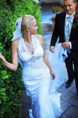 Photo pour Jeune couple marié à l'extérieur - image libre de droit