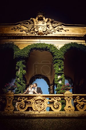 Photo pour Jeune couple marié sur un balcon - image libre de droit