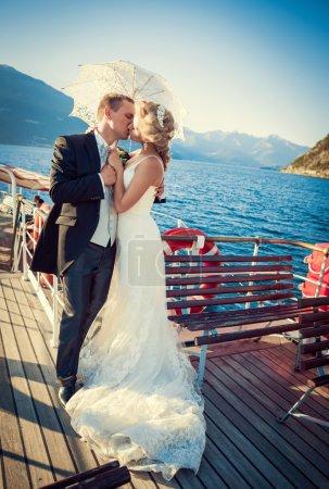 Photo pour Embrasser un couple marié sur le bateau - image libre de droit