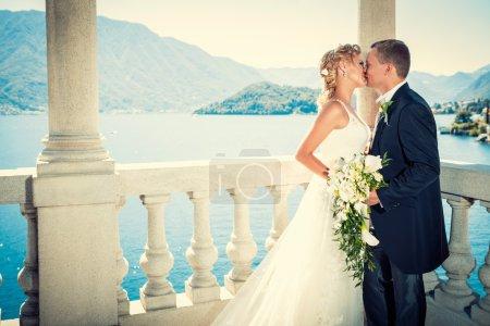 Photo pour Jeune couple attrayant marié en plein air - image libre de droit