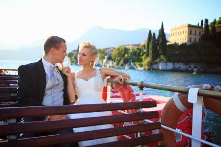 Photo pour Heureux jeunes mariés sur un bateau - image libre de droit