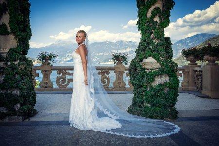 Photo pour Belle mariée en robe blanche - image libre de droit