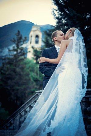 Photo pour Embrasser jeune couple marié en plein air - image libre de droit
