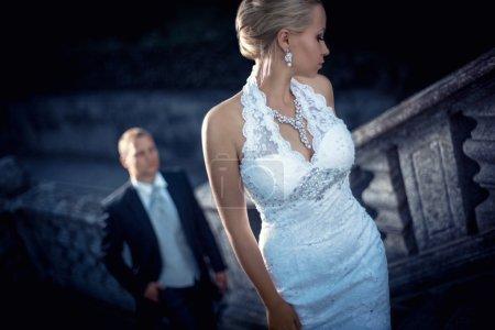 Photo pour Jeune couple marié en plein air - image libre de droit