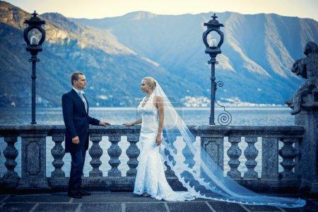 Photo pour Jeune couple nouvellement marié - image libre de droit