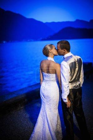 Photo pour Embrasser couple jeunes mariés à l'extérieur - image libre de droit