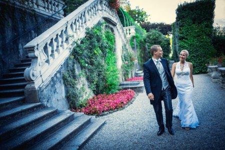 Photo pour Jeune couple nouvellement marié dans le parc - image libre de droit