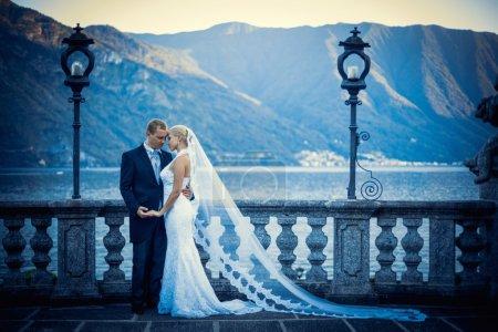 Photo pour Couple nouvellement marié en plein air - image libre de droit