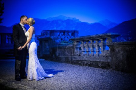 Photo pour Couple nouvellement marié la nuit - image libre de droit