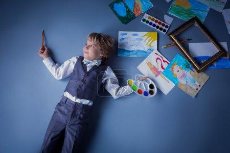 Photo pour Petit artiste avec des peintures - image libre de droit