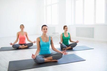 Photo pour Jeune fille au cours d'yoga - image libre de droit