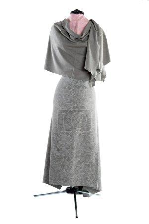 Photo pour Fabrication de vêtements pour femmes à partir de tissu sur un mannequin - image libre de droit