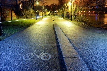 Photo pour Piste cyclable dans le parc nuit ville, Helsinki, Finlande - image libre de droit