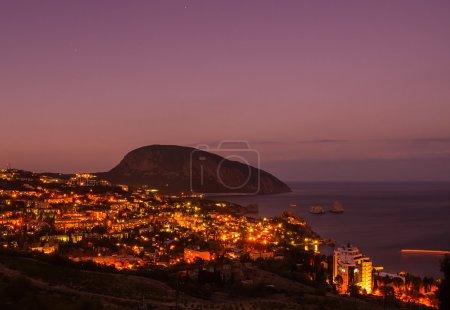 Photo pour Gurzuf et la montagne Ayu Dag dans la nuit. La Crimée. Ukraine - image libre de droit