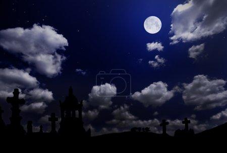 Photo pour Cimetière sous le ciel nuageux nocturne avec lune - image libre de droit