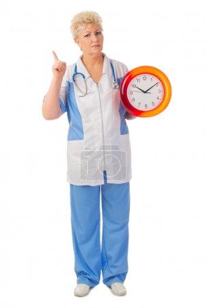 Médico maduro con reloj