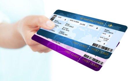 Photo pour Deux embarquement passez billets soutenu à la main sur fond blanc - image libre de droit