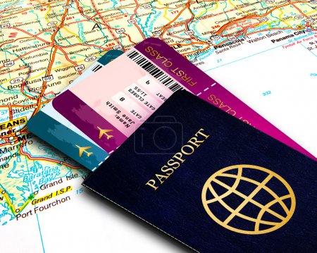 Photo pour Passeport et billets d'avion de première classe sur fond de carte - image libre de droit
