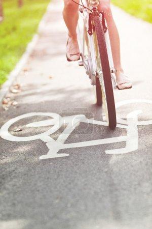 Photo pour Vélo femme floue sur une piste cyclable - image libre de droit