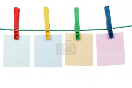 Photo pour Cartes à message vierges suspendues avec des pinces à linge sur la ligne de lavage - image libre de droit