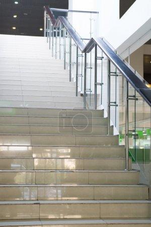 Photo pour Intérieur du bâtiment moderne. escalier dans le centre commercial - image libre de droit