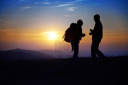 silhouette de jeune couple