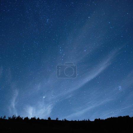 Photo pour Ciel nocturne bleu foncé avec de nombreuses étoiles. Fond spatial - image libre de droit