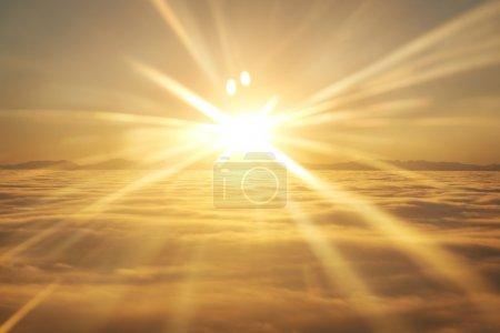 Photo pour Vue imprenable depuis l'avion sur le ciel orange, le soleil couchant et les nuages - image libre de droit