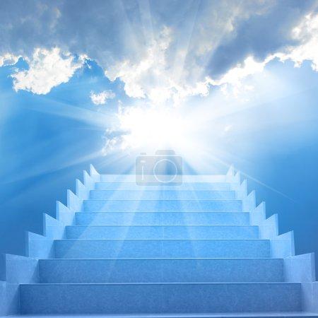 Foto de Escaleras en cielo. concepto con escalera, sol, nubes blancas y fondo azul - Imagen libre de derechos