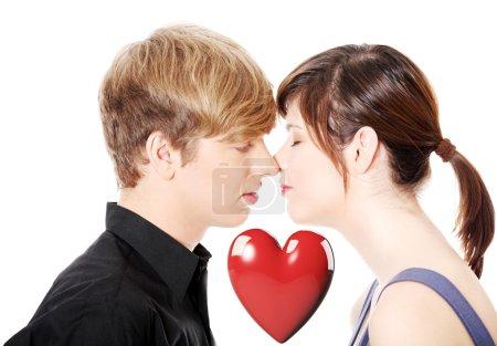 Photo pour Embrasser un jeune couple. Isolé sur fond blanc . - image libre de droit