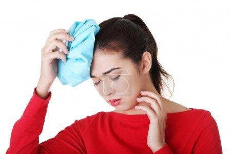 Photo pour Femme avec sac à glace pour maux de tête et migraines, isolée sur blanc - image libre de droit