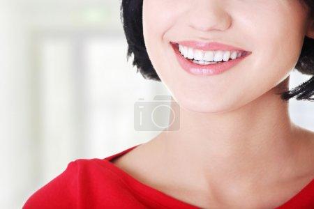 Photo pour Belle femme avec ses dents tout droit blancs parfaits. - image libre de droit