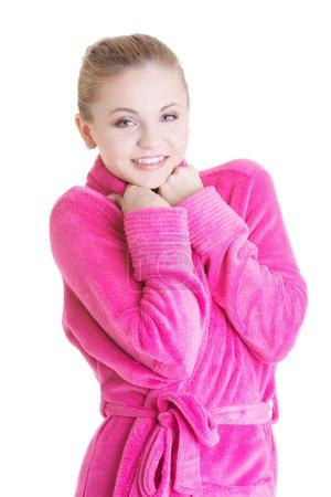 Photo pour Jeune belle femme blonde heureuse en peignoir, isolée sur blanc - image libre de droit