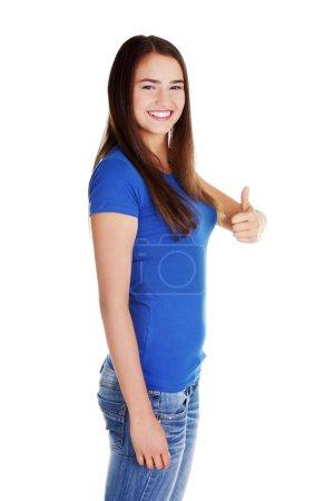 Photo pour Jeune étudiante femme gestuelle OK, isolée sur blanc . - image libre de droit