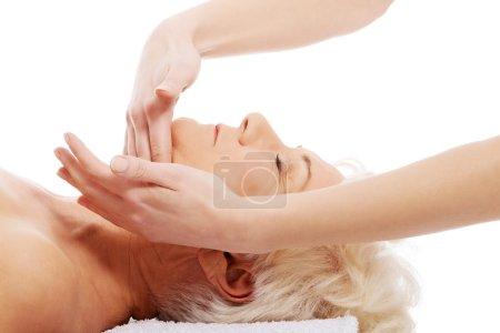 Photo pour Une vieille femme est d'avoir un massage. concept de spa. sur blanc. - image libre de droit