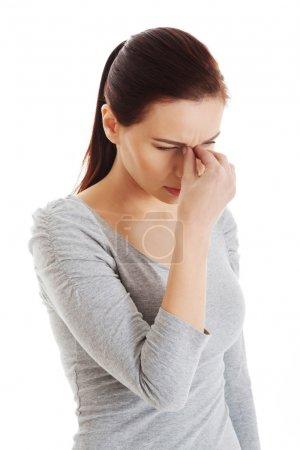 Photo pour Jeune belle femme qui se touche le nez. Isolé sur blanc . - image libre de droit