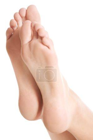 Photo pour Beaux pieds frais et propres avec pédicure. Isolé sur blanc . - image libre de droit