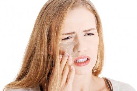 schöne lässige Frau mit Zahnschmerzen.