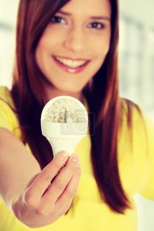Photo pour Heureux jeune femme tenue conduit ampoule - image libre de droit