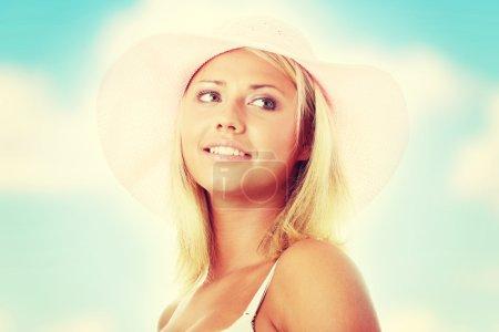 Photo pour Portrait d'une jeune femme séduisante, coiffé d'un chapeau de paille rose - image libre de droit