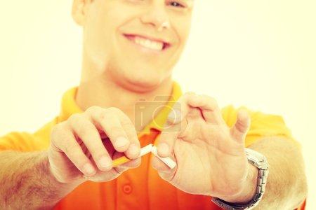 Photo pour Une cigarette à la main, isolée - image libre de droit
