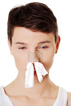 Foto de Hombre enfermo con un resfriado con pañuelo en la nariz. frío - Imagen libre de derechos