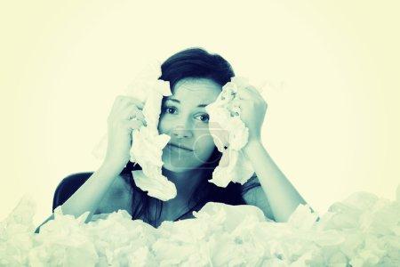 Photo pour Jeune femme dans beaucoup de tissus autour, concept malade - image libre de droit