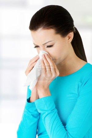 Photo pour Jeune femme avec des tissus - éternuement. Allergie ou rhume . - image libre de droit