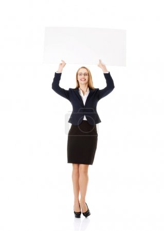 Photo pour Belle jeune femme d'affaires tenant l'espace de copie. Isolé sur blanc . - image libre de droit